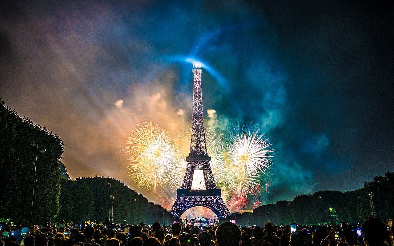 1280px-Feu_d'artifice_du_14_juillet_2017_depuis_le_champ_de_Mars_à_Paris,_devant_la_Tour_Eiffel,_Bastille_day_2017_(35118978683)
